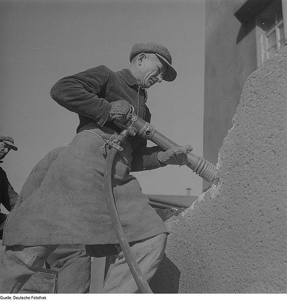 Bauarbeiter mit Presslufthammer - Quelle: WikiCommons