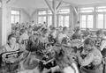Frauen in der Armeeschneiderwerkstatt an der Arbeit - CH-BAR - 3241359.tif