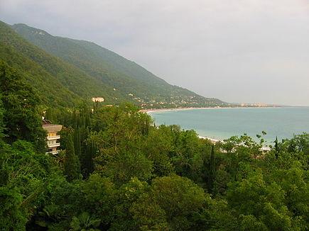 https://upload.wikimedia.org/wikipedia/commons/thumb/c/c5/Gagra._%D0%90bkhazia.jpg/435px-Gagra._%D0%90bkhazia.jpg