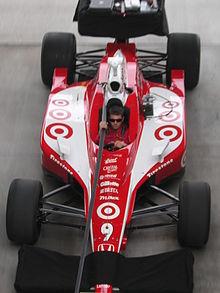 Una vettura di Indy Racing League del team Ganassi con la tipica livrea rossa dello sponsor Target