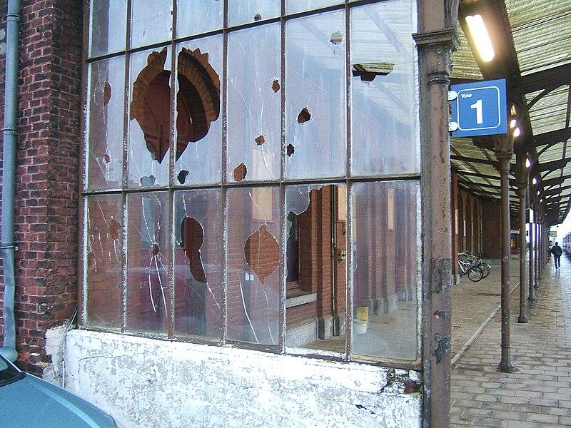 Vitres brisées sur le quai de la gare de Quévy en Belgique.