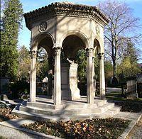 Grabpavillion Brenzinger Freiburg Hauptfriedhof 01.jpg
