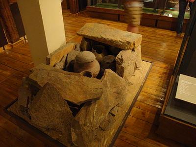 Rekonstrukcja grobu kultury pomorskiej w muzeum w Grudziądzu (fot. Wikimedia Commons, autor: Ciacho5, lic. CC-BY-SA-3.0)