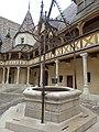 Hôtel-Dieu de Beaune - Cour d'Honneur - well (35615203546).jpg