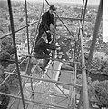 Haantje van de toren van het Rijksmusuem wordt gerepareerd Arbeiders maken haant, Bestanddeelnr 912-5090.jpg