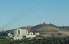מראה כללי של בית החולים מהסטף, מאחוריו: הר אורה