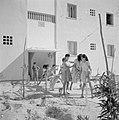 In een nieuwbouwwijk in Dimona Vrouwen en kinderen voor een flatgebouw met bove, Bestanddeelnr 255-3574.jpg