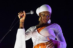 India.Arie in 2004 by Chris Hakkens.jpg