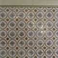 Interieur, detail van een lambrisering van geglazuurde tegels in een gang - 's-Gravenhage - 20387486 - RCE.jpg