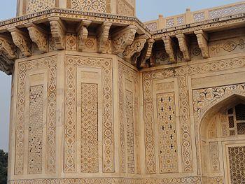 Itimad-ud-daulah Tomb 11.jpg