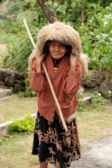 An Ivatan woman wearing a vakul , an abaca fiber-made headgear for