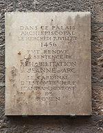 К оправданию Жанны д'Арк. Памятная доска. Руан.