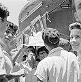 Joodse jongemannen met keppeltjes staan voor een kiosk en houden een krant met d, Bestanddeelnr 255-1844.jpg