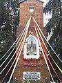 Katolicka kapliczka maryjna z 1909 roku, przy dzisiejszej ulicy Głównej. Jedyna w mieście pamiątka po nieistniejącym folwarku Tomaszówek.jpg