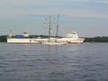 Kieler förde container und segler.JPG