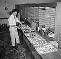 Koks in een productie keuken bereiden grote hoeveelheden smørrebrød, Bestanddeelnr 252-9045.jpg