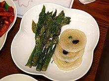 Dureup bugak (????), germogli fritti di Aralia elata e chal jeonbyeong (???).