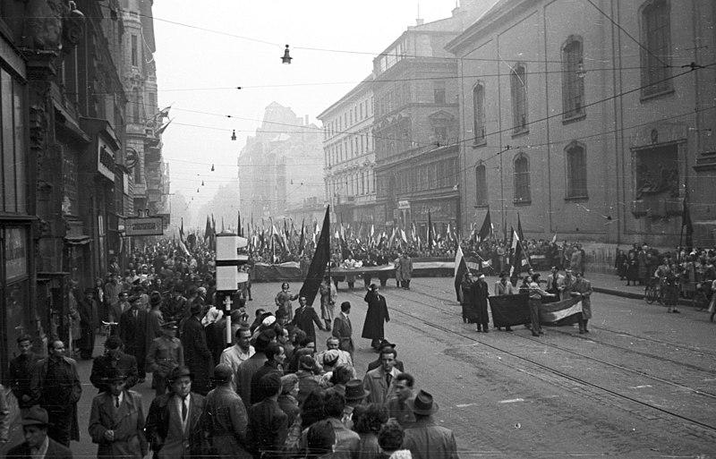 Kossuth Lajos utca a Ferenciek tere fel%C5%91l n%C3%A9zve. 1956. okt%C3%B3ber 25-e d%C3%A9lut%C3%A1n, - Fortepan 24652.jpg