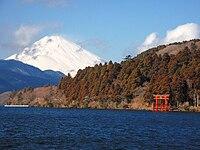 元箱根から見た富士山と芦ノ湖