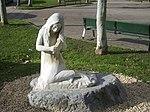 Statue représentant une lamina aux pieds palmés à Arrasate (province du Guipuscoa, Communauté autonome du Pays basque).