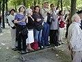 Les spectateurs debout sur un banc public le 14 juillet 2006.jpg