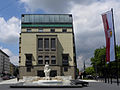 Linz-Innenstadt - Arbeiterkammer OÖ mit Brunnen von Alois Dorn.jpg