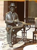 Estátua de Fernando Pessoa da autoria de Lagoa Henriques, no café A Brasileira, no Chiado, Lisboa