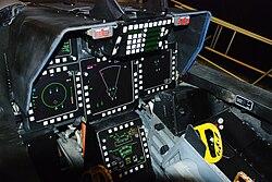 Унуташњи изглед кабине F-22, са распоредом делова управљачко–показивачког система.