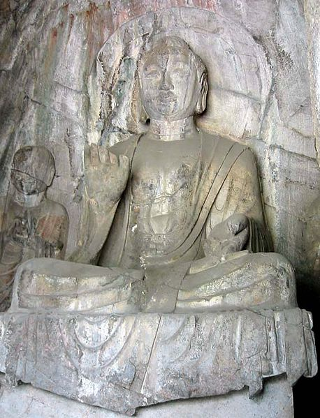 Ficheiro:Longmen-hidden-stream-temple-cave-amitabha.jpg