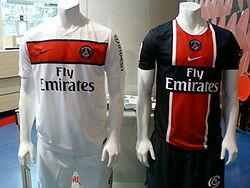 Segunda (izquierda) y primera (derecha) equipación de la temporada 2011-12. 7719490d6d077