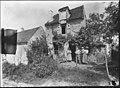 Maison - Arrière de la maison, famille dans le jardin - Epieds - Médiathèque de l'architecture et du patrimoine - APZ0002336.jpg