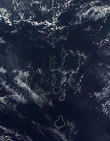 L'arcipelago maldiviano visto da satellite, si notino gli atolli chiaramente delimitati dalle barriere coralline.