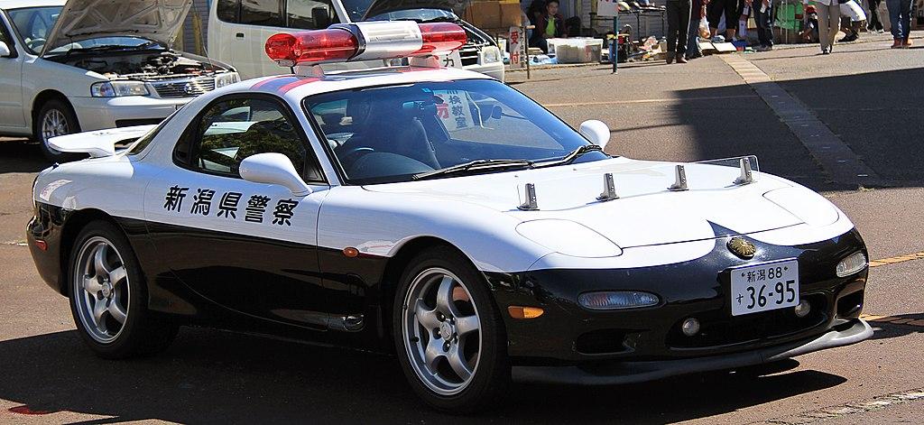 https://upload.wikimedia.org/wikipedia/commons/thumb/c/c5/Mazda_RX-7_police_car_of_Niigata_Prefecture_Police.jpg/1024px-Mazda_RX-7_police_car_of_Niigata_Prefecture_Police.jpg