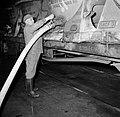 Melkfabriek man assisteert bij het tappen van de melk uit de wagons, Bestanddeelnr 252-9443.jpg