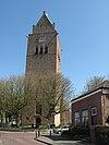 foto van Meinardskerk. Hervormde kerk en toren op verhoogd kerkhof
