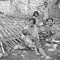 Moeders en kinderen op een gedèk, een wand van gespleten en gevlochten bamboe, Bestanddeelnr 255-6683.jpg