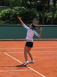 harde klap op een hoge tennisbal