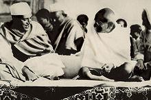 Mahatma Gandhi (destra) con Jawaharlal Nehru, 1937. Nehru sarebbe diventato il 1° Primo Ministro indiano nel 1947.