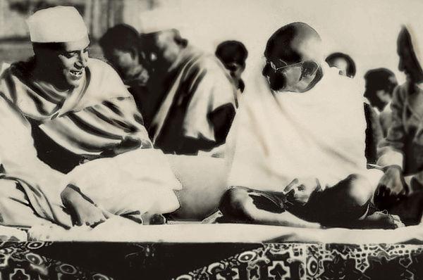 Ghandhi till höger, Nehru-Indiens första president, till vänster