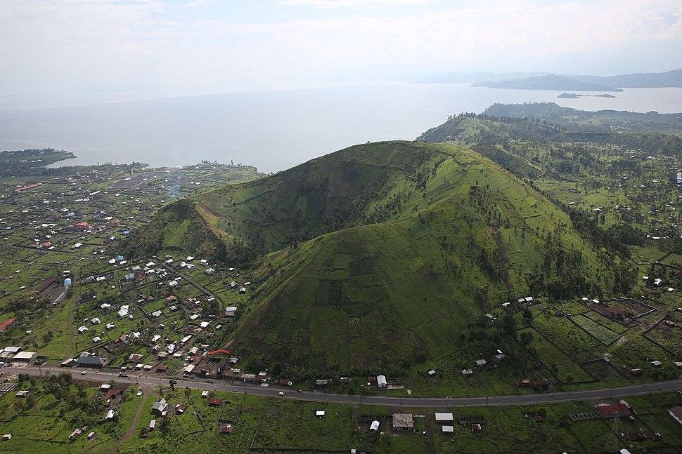 Nord-Kivu, RD Congo - Vue sur un cratère aux abords de la ville de Goma. (22722760943)
