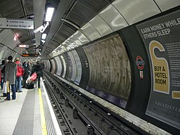 Nortbound northern line platform at London Bridge station 2005-11-27