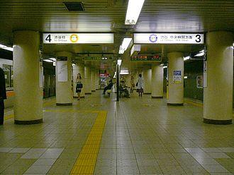 Omotesandō Station - Ginza/Hanzomon Lines platform (2005)
