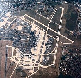 Vue partielle de l'aéroport depuis l'ouest.