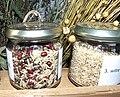 Oryza sativa, Rijst, midden langkorrelige rijst met andere zaden, rechts witte, kort korrelige.jpg