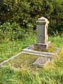 Oude grafsteen bij de kerk van Heveskes.jpg