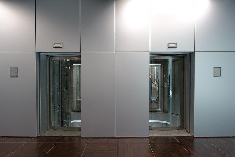 File:Outdoor lifts @ Rooftop @ Grande Arche @ La Défense @ Paris (35144173946).jpg