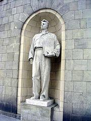 Socrealistyczna rzeźba na fasadzie PKiN. Oprócz nazwisk Marx, Engels, Lenin widać miejsce po skutym nazwisku Stalin