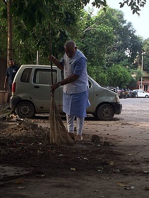 PM Modi sweeping near Mandir Marg police station, New Delhi.jpg