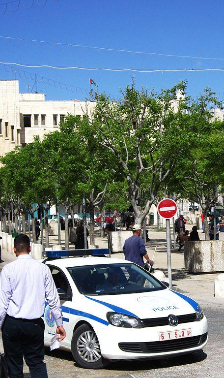 Gambar mobil polisi Palestina dengan plat nomornya. image: dickelbers/commons.wikimedia.org