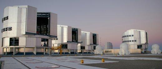 VLT - Les quatre télescopes principaux, trois des 4 auxiliaires